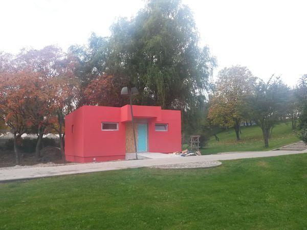 Roze toiletgebouw in park Titan. Bron: www.gandul.info